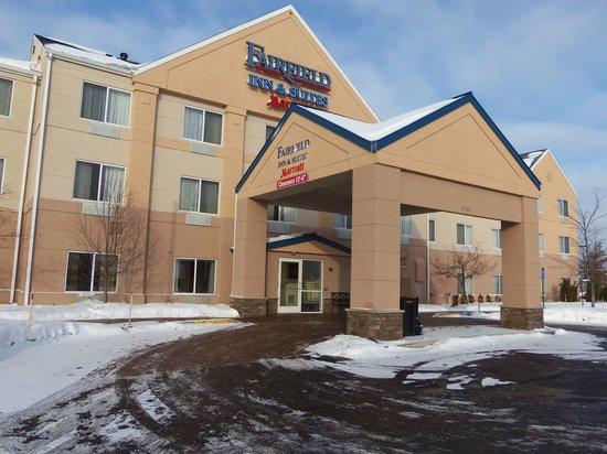 Fairfield Inn & Suites Traverse City: view of the entrance in winter