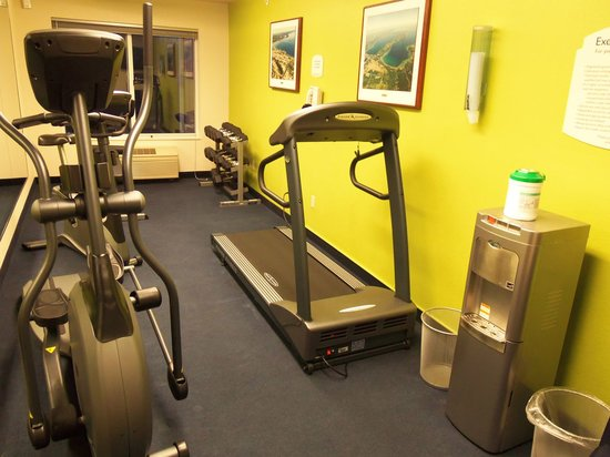 Fairfield Inn & Suites Traverse City: exercise room overview