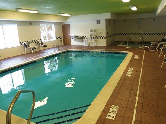Fairfield Inn & Suites Traverse City : pool area