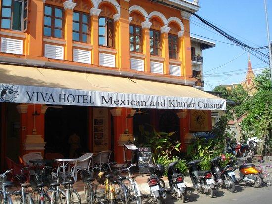 Viva Hotel :                   一階はレストランです