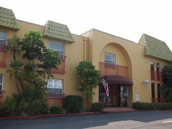 Far Horizons Motel : Front entrance