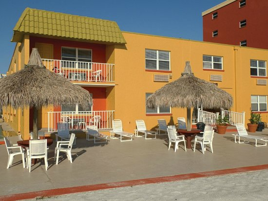 Far Horizons Motel: Beach patio