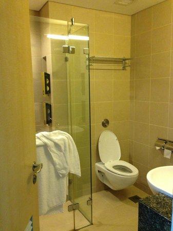 Ambassador Transit Hotel Terminal 3: bathroom view