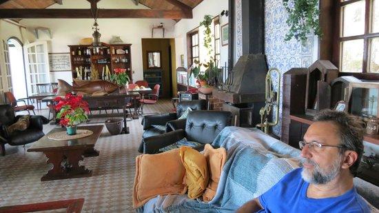 Estalagem Do Porto:                                     Salão de estar, com opções de leituras e TV e música