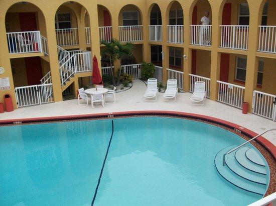 Far Horizons Motel: Pool area