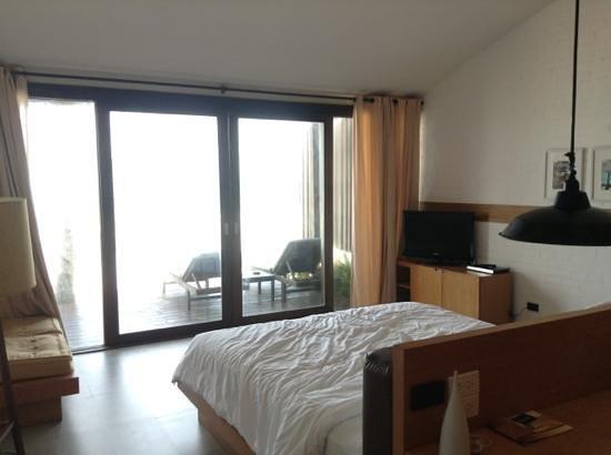Baan Talay Resort:                   Bed facing the beach
