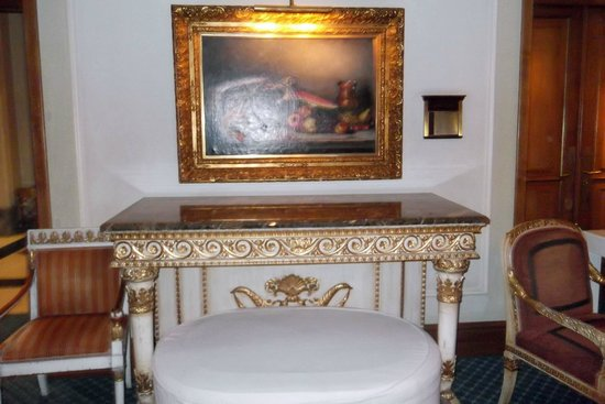 Hotel Grande Bretagne, A Luxury Collection Hotel: Antique type furniture and paintings throughout the interior