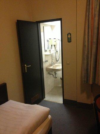 Mainzer Hof Hotel:                   Zimmer/Bad