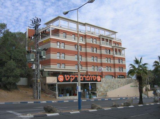 Comfort Hotel Eilat :                   При выборе номера предпочтительнее 4-5 этажи.