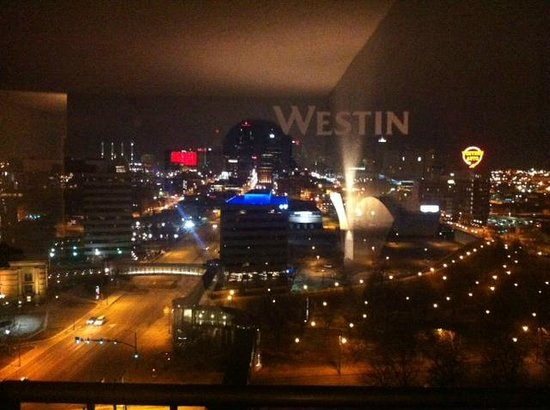 The Westin Crown Center: Room 1445 / Night