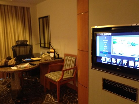 Pan Pacific Manila: Led TV with a view of the desk