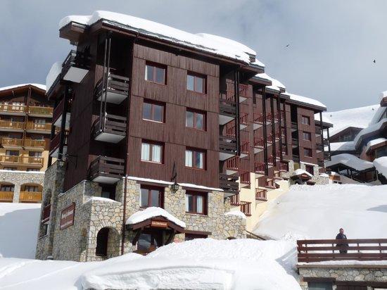 Pierre & Vacances Residence Les Gemeaux:                                     La résidence donnant sur le parking central de Belle Plagne