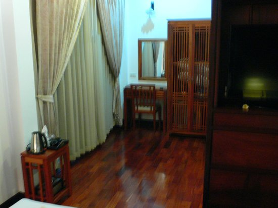 Ang Thong Hotel : The wardrope is the small one in the middle, fridge in the bottom, safe in the top.