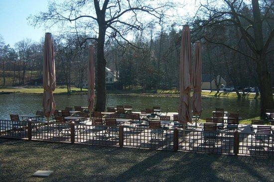 Gut Klostermühle: Klosterscheune mit Sitzmöglichkeit im Freien
