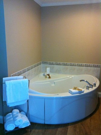 Lunenburg Arms Hotel:                   Tub for two!