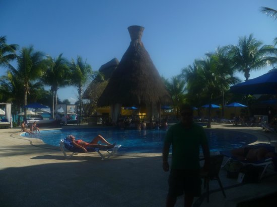 The Reef Playacar:                   Al fondo se aprecia la piscina y el bar