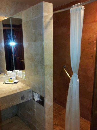 Iberostar Quetzal Playacar: Roomy shower.