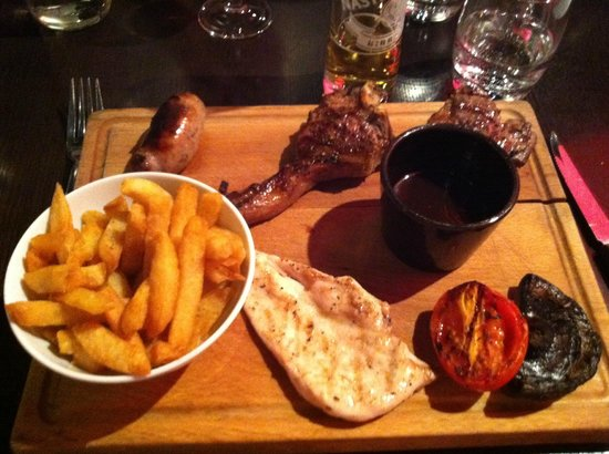 Smith's Bar and Grill: Lamb, Beef, Chicken, Sausage and Chips = Yum!