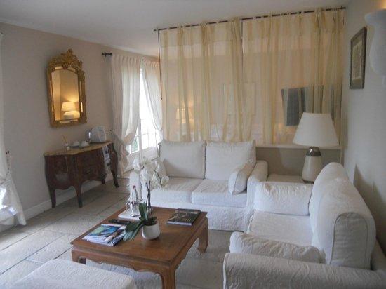 Hotel Alain Llorca :                   le petit salon de la chambre