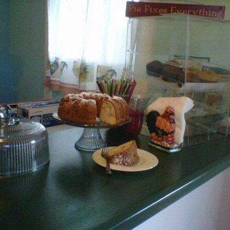 Little Red Hen Cafe: Homemade apple cake with local apples