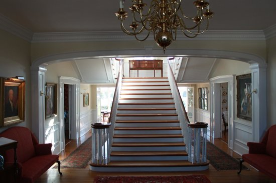 Inn at Warner Hall: Grand Stairs