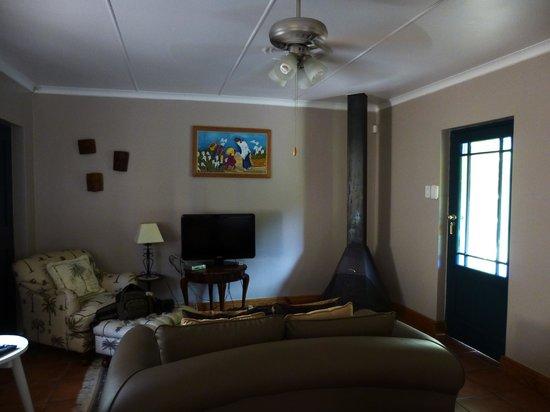Villa Tarentaal:                   Vorraum mit Sitzecke, Kaminofen und Küche