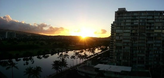 Waikiki Sand Villa Hotel:                   Canal sunrise view from 11th floor corner room lanai