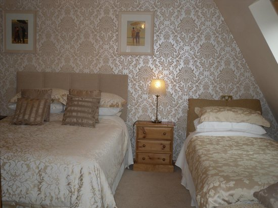 The Chalet Bed & Breakfast: Gold Room - set up as kingsize & single (family)