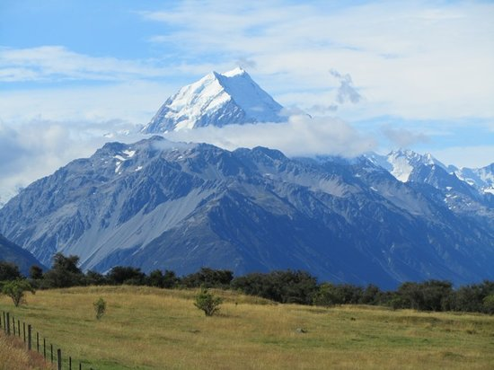 Национальный парк Аораки-Маунт-Кук (Те-Вахипоунаму), Новая Зеландия:                   Mount Cook viewed from south of the village, Aptly named Aoraki - Cloud Splitt