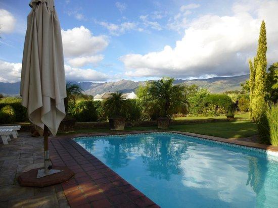 Villa Tarentaal:                   Pool mit Ausblick auf die Berge