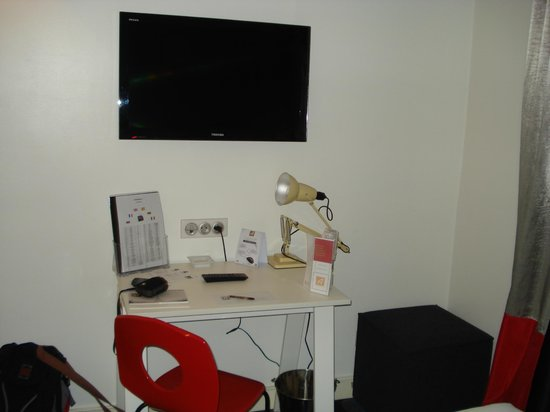 Hotel Astoria - Astotel:                                     Ecran plat et petit bureau