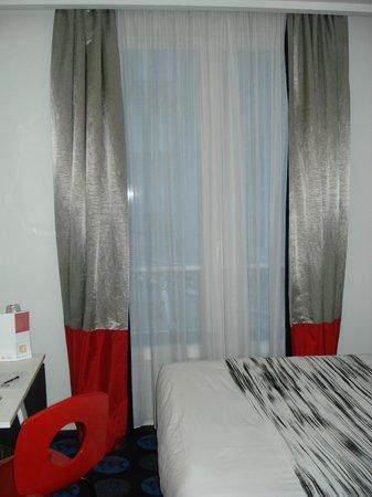 Hotel Astoria - Astotel:                                     Grande fenêtre agréable, avec rideaux permettant une totale