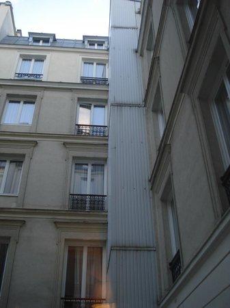 Hotel Astoria - Astotel:                                     Reste de l'hôtel isolant du bruit éventuel de la ville