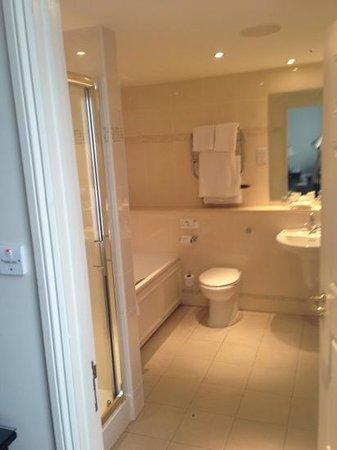 Mercure Shrewsbury Albrighton Hall Hotel and Spa:                   bathroom