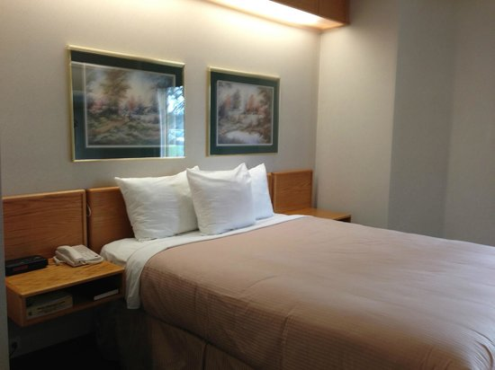 Canadas Best Value Inn: bed