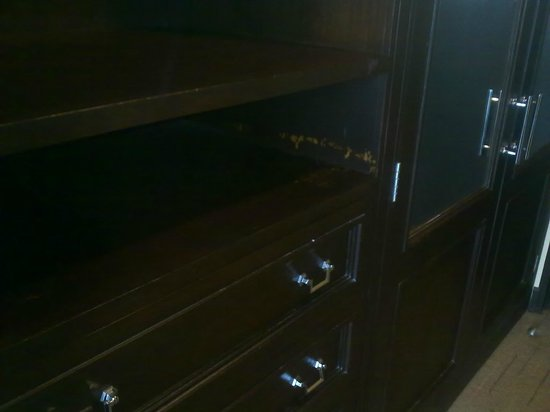 Sofitel Philippine Plaza Manila: scratches on the cabinets