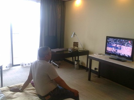 Sofitel Philippine Plaza Manila: uncle watching tv. notice how bare room seems
