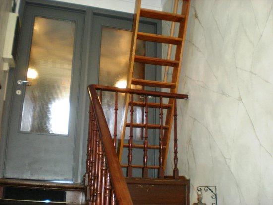Hancelot:                   notre splendide accès à notre chambre de bonnes (domestique) .escroquerie...dé