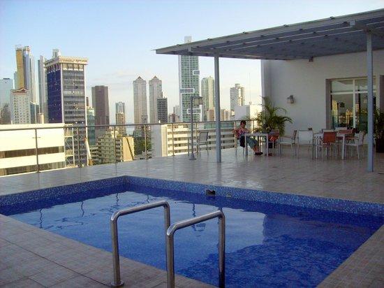 Clarion Victoria Hotel and Suites Panama:                                                       Piscina en el 9º piso.Pequeña pero suficie