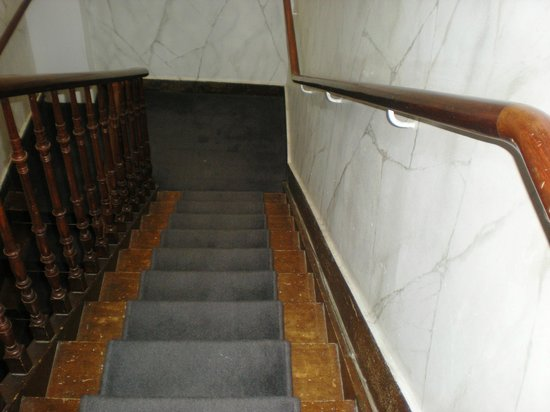 Hancelot:                   super escalier miteux donnant accès aux chambres de domestiques déprimant
