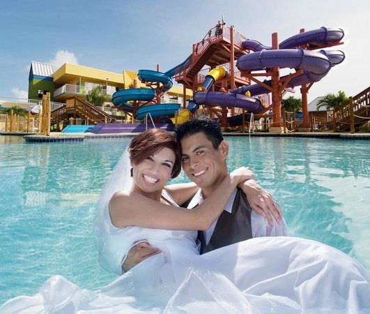 Flamingo Waterpark Resort: Wedding Couple in Pool