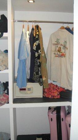 Adaaran Select Hudhuranfushi: Wardrobe