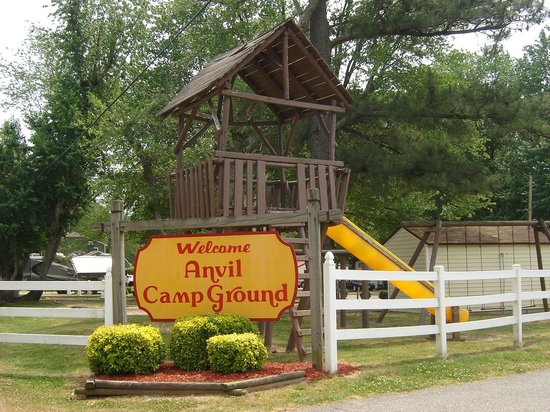 Anvil Campground: Our original sign from the 70's and the Tree House!