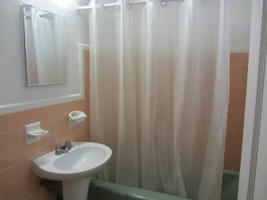 Tropics Hotel & Hostel: salle de bains