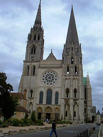 Tour de la Cathédrale de Chartres :                   The tower on the left is the one you climb up!