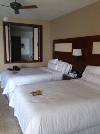 The Westin Los Cabos Resort Villas & Spa: La habitacion, la ventana del fondo da a la tina
