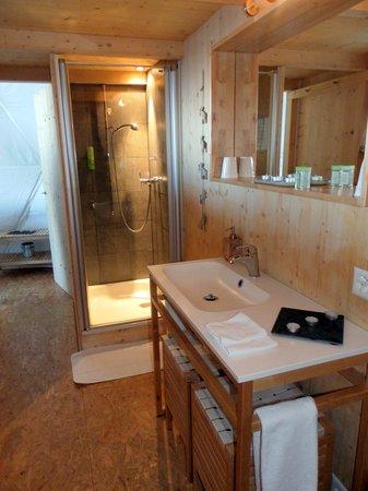 Whitepod Eco-Luxury Hotel : salle de bain