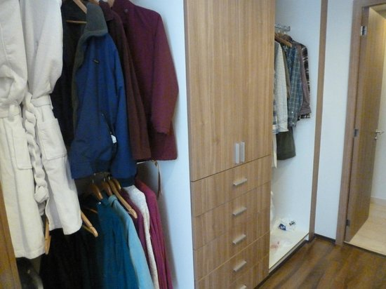 Plaza Suites Mexico City:                                     Master bedroom closet.