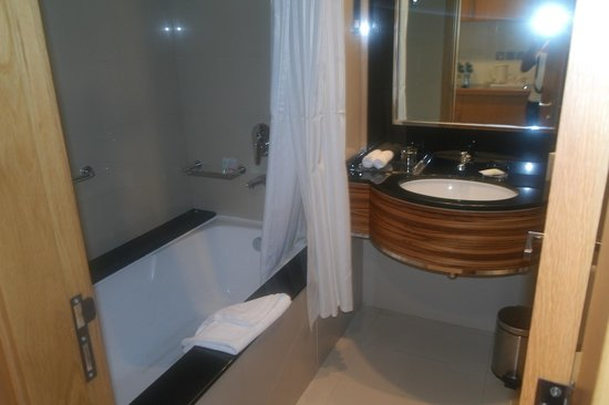 Four Points by Sheraton Downtown Dubai:                   Bathroom