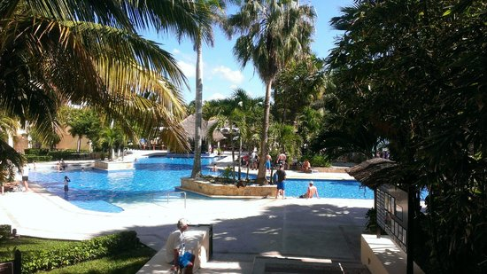 Dreams Puerto Aventuras Resort & Spa:                   Family pool area